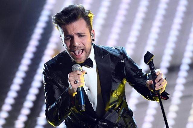 """Sanremo 2017, Alessio Bernabei canta """"Nel mezzo di un applauso"""" (TESTO E AUDIO)"""