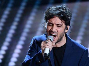 """Sanremo 2017, Fabrizio Moro canta """"La leva calcistica della classe '68"""" di De Gregori"""