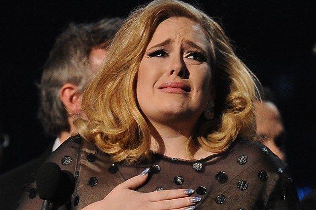 Adele dedica una canzone ad una fan colpita da infarto durante il suo concerto