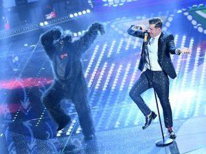 Francesco Gabbani balla sul palco del Festival di Sanremo (LaPresse)