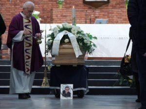 """Funerali di Leone di Lernia, il ricordo del figlio Davide: """"Mio padre non morirà mai, Auz"""""""