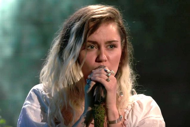 "Miley Cyrus si esibisce a ""The Voice""."