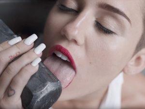 """Miley Cyrus torna su """"Wrecking Ball"""": """"Ricordata per aver leccato un martello? Asssurdo"""""""