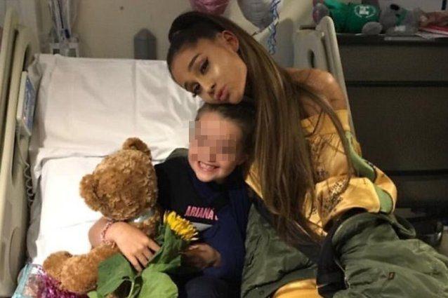 Ariana Grande in ospedale a Manchester per fare visita ai fan feriti nell'attentato