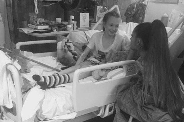Ariana Grande con una giovane fan