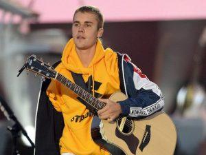 Milano, fan impazziti per Bieber: il cantante si ferma a parlare con loro in aeroporto