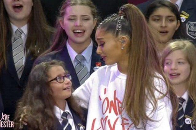 Ariana Grande e la giovane cantante del coro di Manchester in lacrime dopo aver cantato insieme