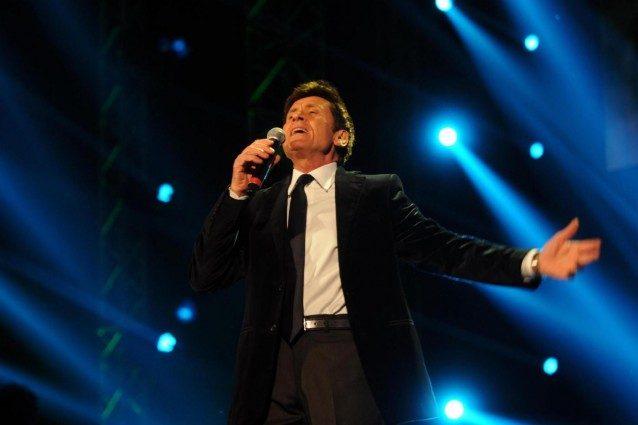 """Gianni Morandi cade dal palco durante l'esibizione con Rovazzi: """"Prova di volo non riuscita"""""""