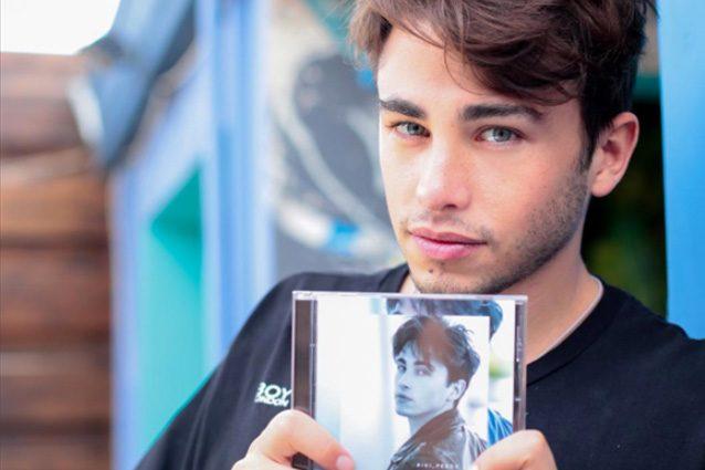 """Riki con l'album """"Perdo le parole"""" (Credits: Instagram)."""