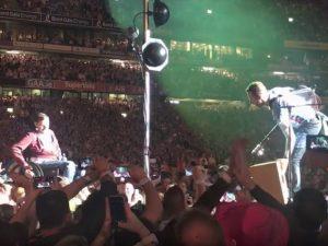 Coldplay: ragazzo in carrozzella trasportato a mano dalla folla sul palco a suonare