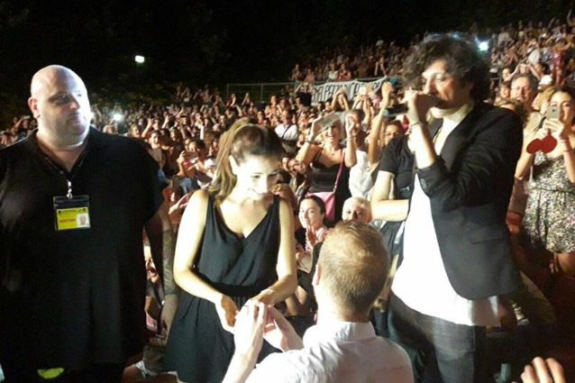 """Proposta di matrimonio al concerto di Ermal Meta a Pescara, l'artista: """"Vi dichiaro nei guai"""""""