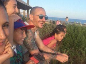 Chester Bennington con la famiglia (via Twitter)