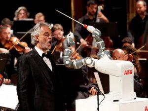 Andrea Bocelli e il robot YuMi (LaPresse)