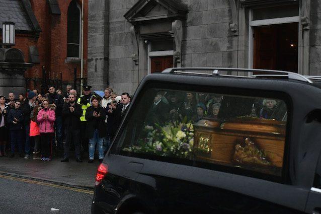 Dolores O'Riordan, in centinaia alla camera ardente a Limerick