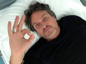 Cristiano De Andrè su un letto d'ospedale (foto via Facebook)