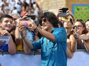 Ermal Meta fa foto con i fan al Giffoni FIlm Festival (LaPresse)
