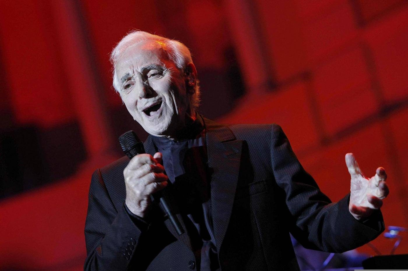 È morto Charles Aznavour, il cantante francese aveva 94 anni