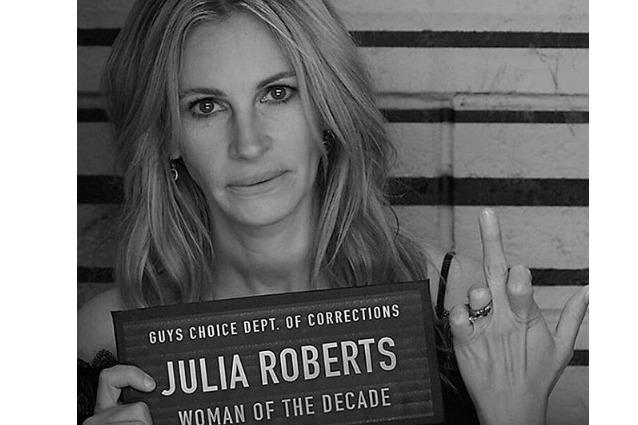 Julia Roberts incoronata 'Donna del decennio' festeggia mostrando il dito medio