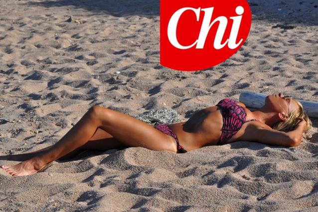 Maria De Filippi bellissima in bikini, a 54 anni ha il corpo di una 20enne