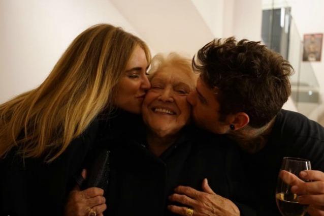 Fedez festeggia il compleanno con Chiara Ferragni, gli amici e l'amata nonna
