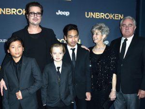 Brad Pitt con i figli Pax Thien, Shiloh Nouvel. Maddox e i genitori Jane Pitt e William Pitt (Getty Images)