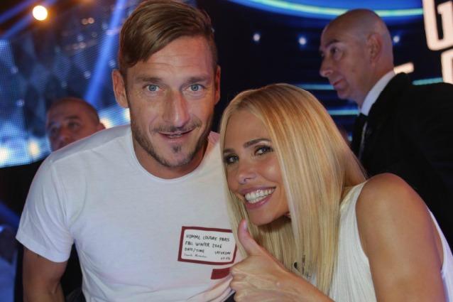Francesco Totti sostiene dal vivo Ilary Blasi nella puntata più complicata del GF Vip