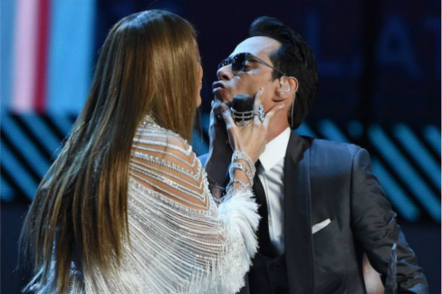Marc Anthony bacia Jennifer Lopez sul palco, poi si separa da sua moglie