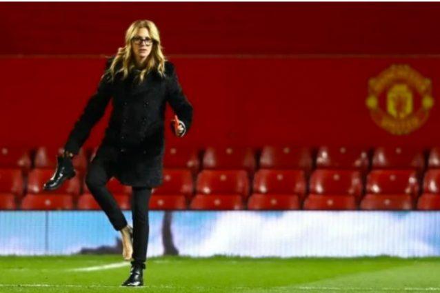 Julia Roberts all'Old Trafford per tifare Manchester, poi va a piedi nudi sul prato