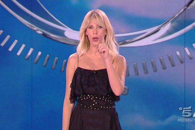 """Ancora abiti neri per Alessia Marcuzzi, il pubblico: """"Ma chi la veste?"""""""