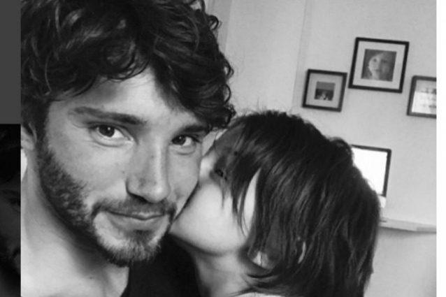 """Stefano De Martino rivede Santiago dopo un mese: """"Un po' di baci da recuperare"""""""