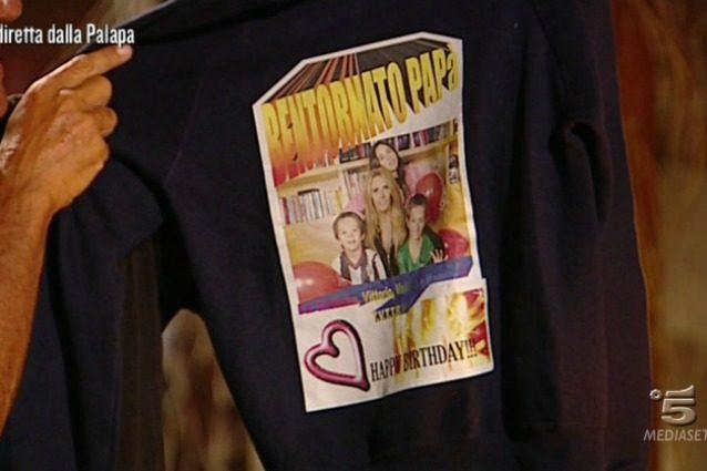 Giulio Base si commuove con la maglietta della sua famiglia, realizzata con WordArt