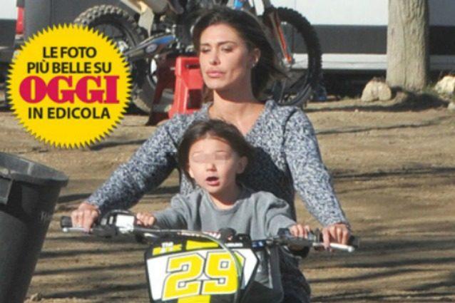 """Belén Rodriguez e Santiago senza casco: """"Sono una brava mamma, non eravamo in strada"""""""