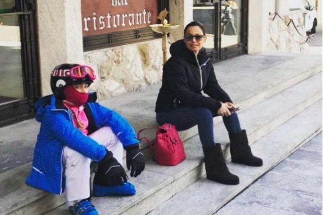 """Sonia Bruganelli ironica sulle critiche per le lunghe vacanze coi figli: """"Firmano con la x"""""""