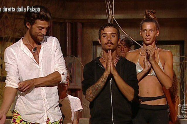 Moreno si salva contro ogni previsione, il pubblico fischia e a uscire è Giulia Calcaterra