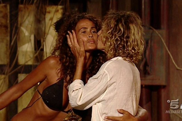 Eva eliminata dal televoto, la Grimaldi dà il bacio di Giuda a Samantha