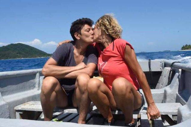 Baci tra Eva Grimaldi e Imma Battaglia, la coppia fa coming out all'Isola dei Famosi 2017