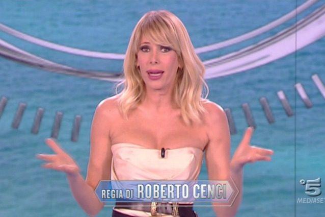 """Ancora critiche al look di Alessia Marcuzzi: """"Ma la cintura è sempre la stessa?"""""""