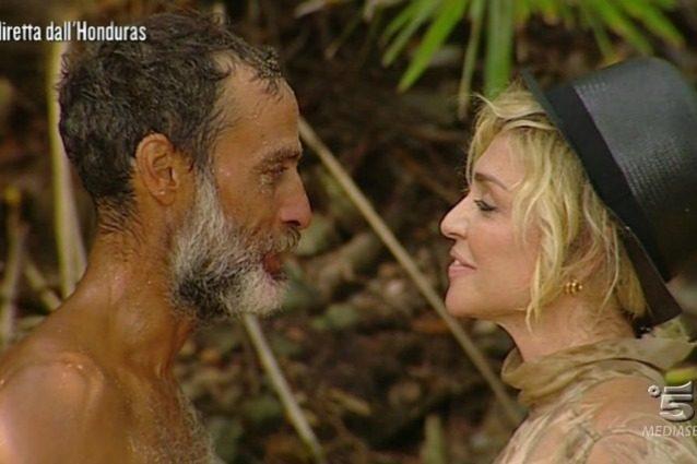 Raz Degan dichiarazione d'amore a Paola Barale: il gossip dall'Isola