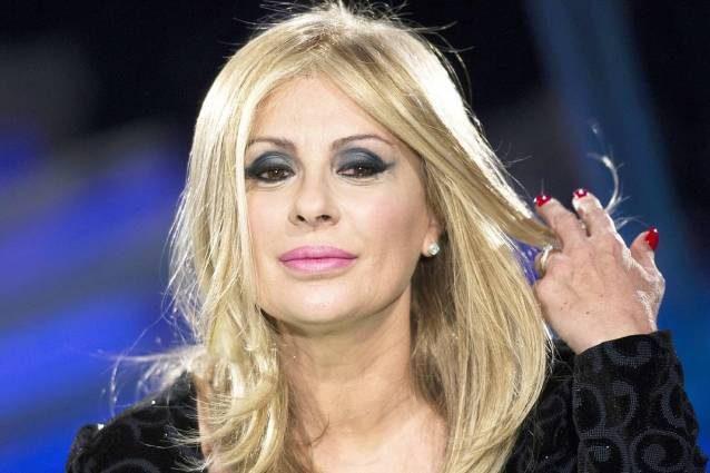 Tina Cipollari usa le parrucche non a causa dei pidocchi di Pechino, ma del decolorante