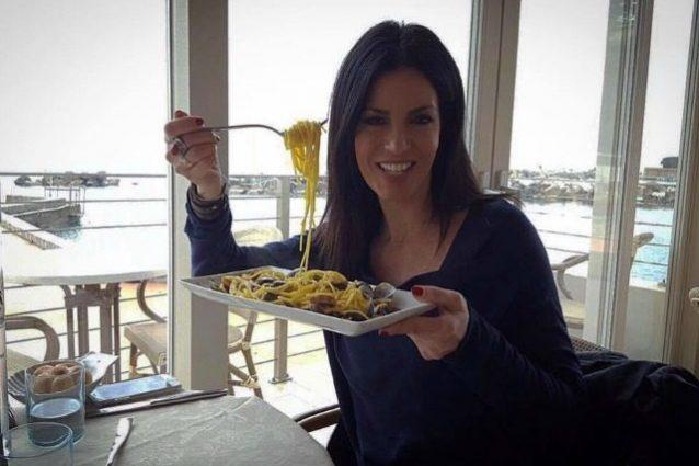 """Laura Torrisi contro le diete: """"Mangiate, sfoggiate le curve che per le ossa c'è tempo"""""""