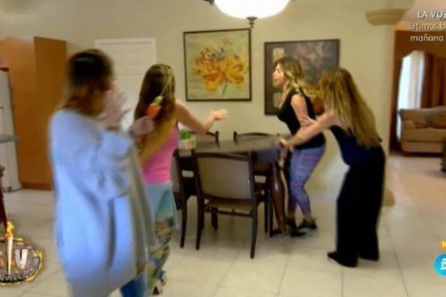 Urla, minacce e un tavolo quasi rovesciato: Paola Caruso perde le staffe nel reality spagnolo