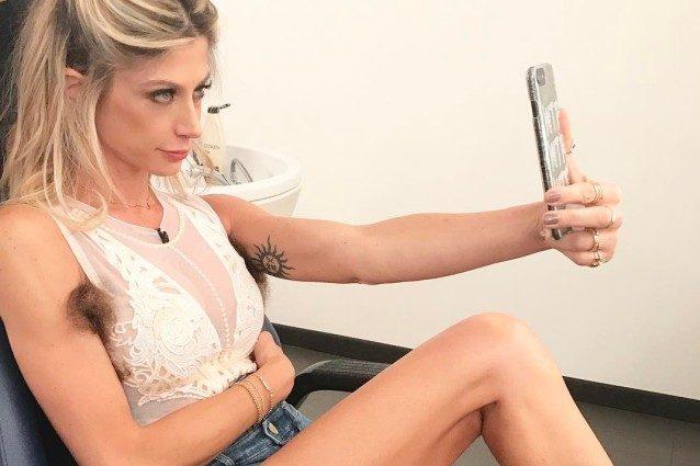 """Le ascelle non depilate di Maddalena Corvaglia, bufera sui social: """"La foto è disgustosa"""""""