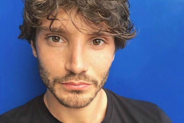 """Stefano De Martino: """"Non sono fidanzato. Aspetto che l'amore mi trovi, come ha sempre fatto"""""""