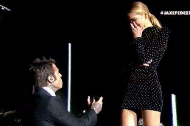Fedez ha chiesto a Chiara Ferragni di sposarlo durante il concerto all'Arena di Verona