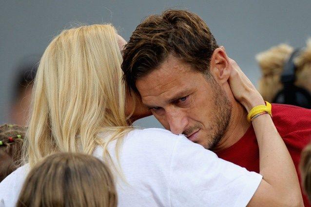 È Ilary Blasi la roccia di Francesco Totti, nemmeno una lacrima durante l'addio all'Olimpico