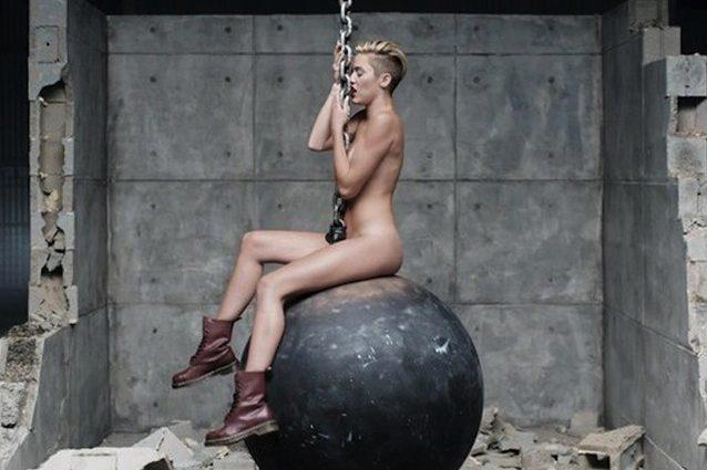 """Miley Cyrus pentita: """"Purtroppo resterò sempre la ragazza nuda di Wrecking Ball"""""""