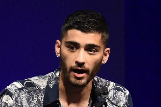 Zayn Malik allarma le fan, l'ex One Direction sulla sedia a rotelle