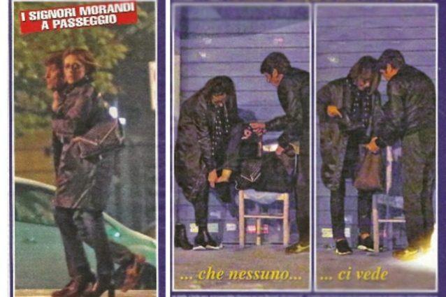 La moglie Anna ha male ai piedi, Morandi cavaliere la aiuta con il cambio di scarpe in strada