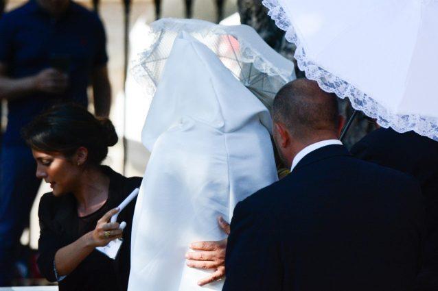 Matrimonio Andrea Belotti e Giorgia Duro, cappucci e ombrelli per l'esclusività del loro 'sì'