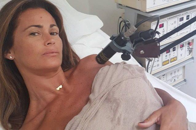 """Samantha de Grenet in ospedale, lesione alla spalla: """"Barcollo ma non mollo"""""""
